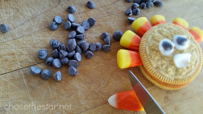 Thanksgiving Turkey Candy Corn Treats, the perfect dessert for kids!