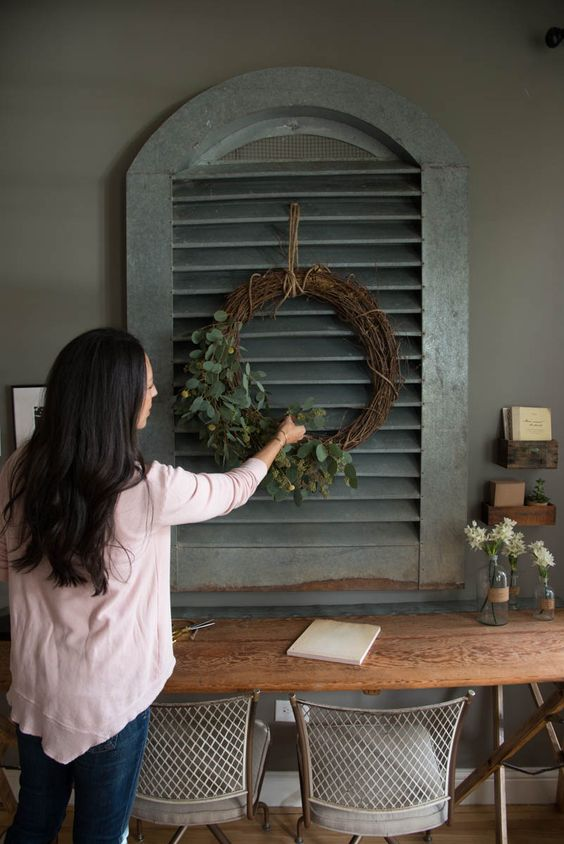 joanna-gaines-wreath-on-shutters